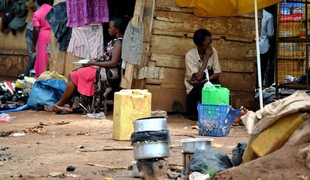 Γυναίκες στην παραγκούπολη της Καμπαλαγκάλα πουλάνε φαγητό. Πάνω απο το 60% του πληθυσμού της Καμπάλα στην Ουγκάντα ζει σε παραγκουπόλεις χωρίς πρόσβαση σε καθαρό νερό και τουαλέτα (φωτ. Φραγκισκα Μεγαλούδη)