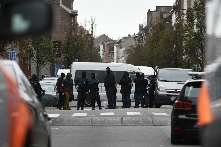 Police officers man a cordon as an operation takes place in the Molenbeek district of Brussels on November 16, 2015. Belgian police launched a major new operation in the Brussels district of Molenbeek, where several suspects in the Paris attacks had previously lived, AFP journalists said. Armed police stood in front of a police van blocking a street in the run-down area of the capital while Belgian media said officers had surrounded a house. Belgian prosecutors had no immediate comment. AFP PHOTO / JOHN THYS