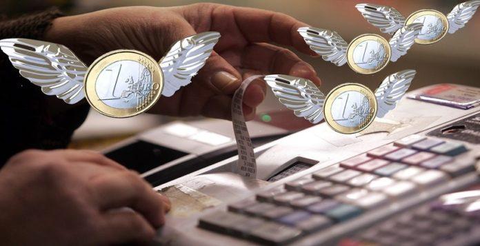 Ιδιοκτήτης καταστήματος 'κόβει' απόδειξη λιανικής πώλησης σε πελάτη , Αθήνα Τετάρτη 3 Φεβρουαρίου 2010. Η Ευρωπαική Ενωση ενέκρινε το Πρόγραμμα Ανάπτυξης και Σταθερότητας της Ελλάδας ενώ συγχρόνως έθεσε την οικονομική κατάσταση της χώρας σε αυστηρή επιτήρηση.